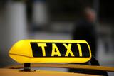 Taxischild auf Autodach mit Spiegelung, Schlange am Flughafen - 176008628