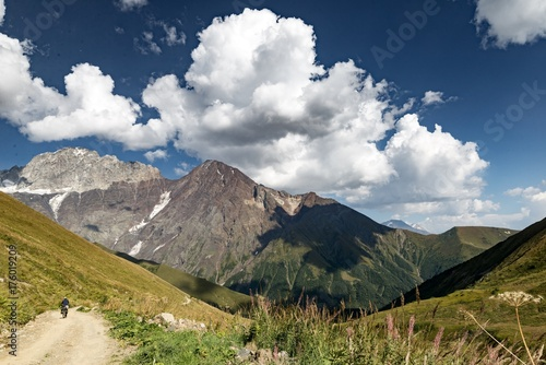 Spoed canvasdoek 2cm dik Wit Cycling in the Caucasian mountains with blue sky and clouds