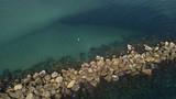 Dettaglio aereo di una scogliera tra le acque dei caraibi e in prossimità della barriera corallina.