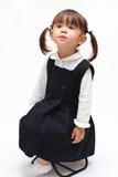 椅子に座る正装の幼児(2歳児) - 176084033