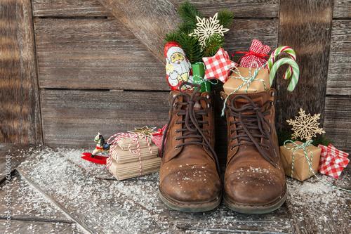 Leinwandbild Motiv Stiefel mit Geschenken und Suessigkeiten