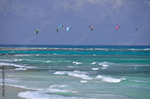 Tuinposter Tropical strand kitesurfing in the ocean