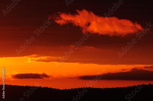 Foto op Canvas Rood traf. Sonnenaufgang über der schwedischen Wildnis, Flatruet, Schweden