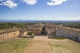 Vista del piccolo paese medievale di Caprarola dalle finestre di Palazzo Farnese, in Italia.