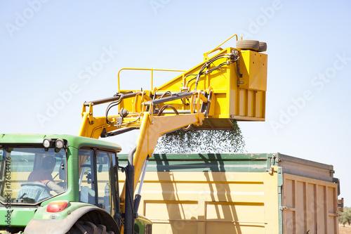 Fotobehang Trekker Tractor en campos de olivos en Andalucía España