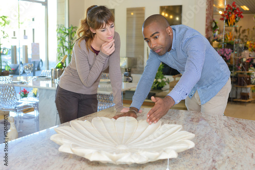 Poster Couple looking at flower design centrepiece