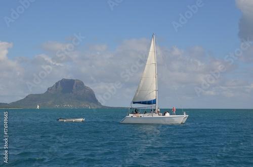 Fotobehang Zeilen Volier devant le Morne Brabant, montagne de l'île Maurice, Océan indien