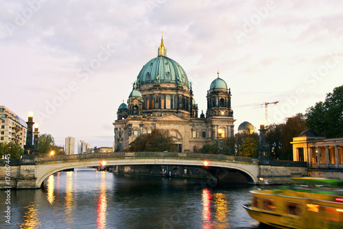 Платно Berliner Dom (Berlin cathedral) over Spree river at dusk