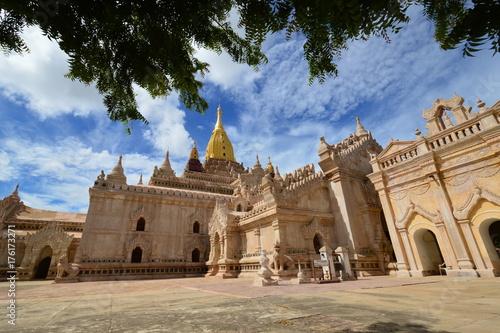 Der schöne Ananda Tempel in Bagan, Myanmar Poster