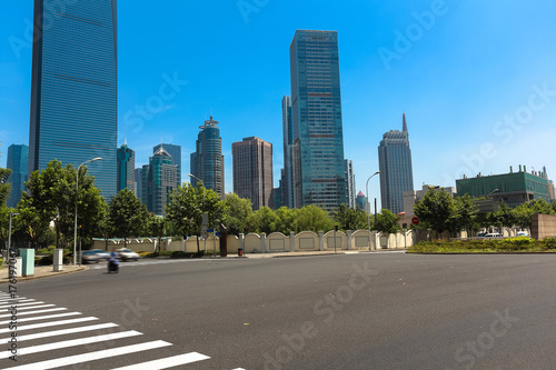 Spoed canvasdoek 2cm dik Shanghai Empty road surface with shanghai landmark buildings backgrounds