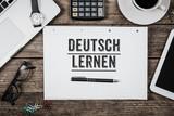 Deutsch lernen steht auf Notizblock auf Büro Schreibtisch - 176228823