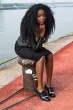 Jeune africaine portant des dreadlocks - 176255247