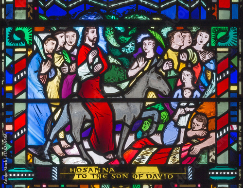 Aluminium Jezus Christus LONDON, GREAT BRITAIN - SEPTEMBER 16, 2017: The stained glass of Palm Sundy - Entry of Jesus in Jerusalem in church St Etheldreda by Charles Blakeman (1953 - 1953).