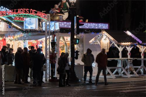 Illuminations et marché de Noël sur les Champs Elysées à Paris pour les fêtes de Poster