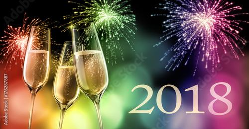 Champagnergläser mit Feuerwerk 2018  Regenbogen