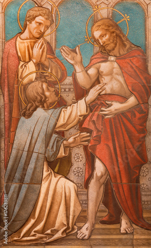Aluminium Jezus Christus LONDON, GREAT BRITAIN - SEPTEMBER 17, 2017: The tiled mosaic of Christ appearing to the doubting Thomas on the altar in church of St. James Spanish Place from 19. cent.