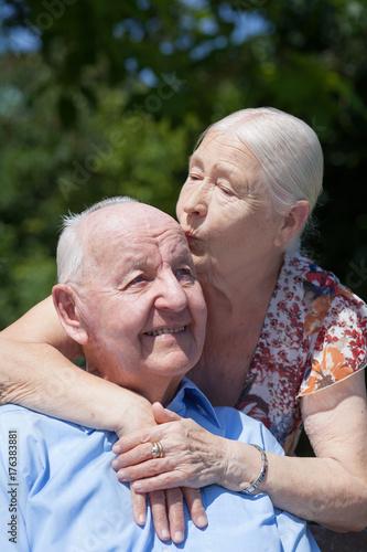 glücklich gealtertes Senioren Paar Poster