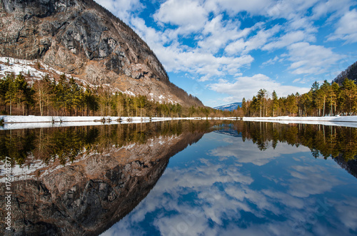In de dag Bergen mountains and trees reflecting in the Bluntausee in winter - Austria, Salzburg