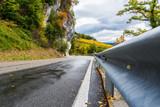 Sicherung der Strasse mit Leitplanken