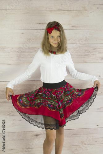 Dziewczyna z rozłożystą spódnicą