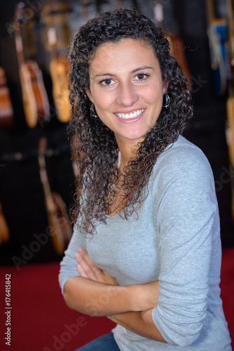 Póster Portrait of woman in musical instrument shop
