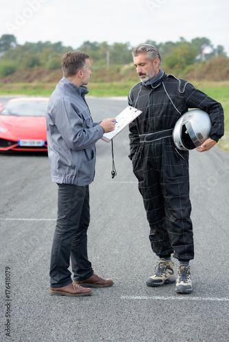 Plagát trying a race car