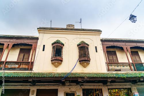 In de dag Marokko Windows of building on the street of Mellah, Jewish quarter in Fes. Morocco