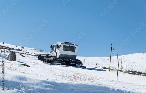 Fotobehang Trekker Snowcat goes on slope of mount