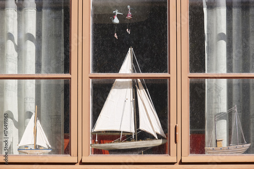 Poster Schip Traditional wooden window with model boats. Vintage background