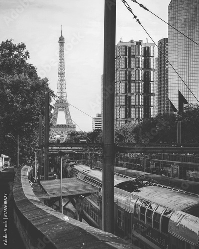Fotobehang Parijs Tour Eiffel et transport parisien