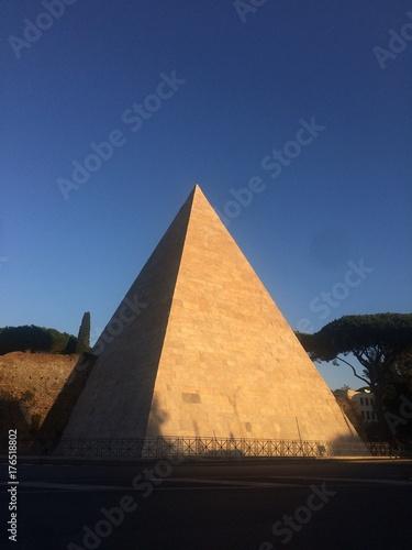 Roma. La  piramide
