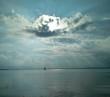 Sonnenstrahlen dringen durch schwarze Wolke hindurch - 176543070