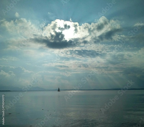 Sonnenstrahlen dringen durch schwarze Wolke hindurch