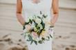 Braut hält einen Brautstrauß in den Händen
