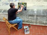 Artista pittore al lavoro sulla terrazza