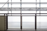 室内から見る改修工事の足場 - 176582000