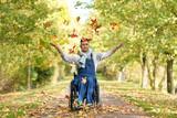 Rollstuhlfahrer im Herbst im Park - 176598807