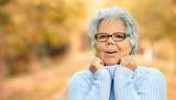 glückliche Seniorin im Herbst - 176598830