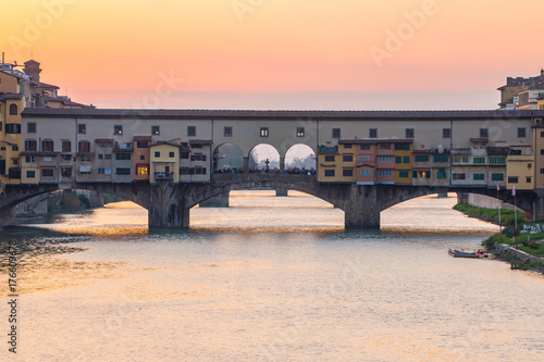 Staande foto Toscane Sunset view at Ponte Vecchio bridge in Florence, Tuscany, Italy