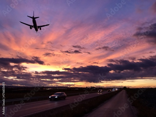 Foto op Aluminium Nacht snelweg A plane is approaching Stuttgart AIrport during a dramatic sunset
