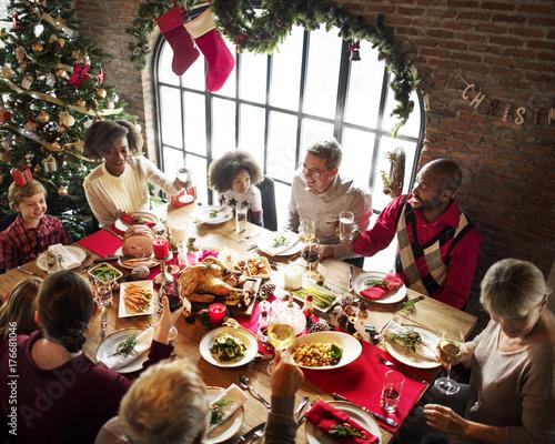 Grupa różnych ludzi zbiera się na święta Bożego Narodzenia