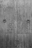porte ancienne en noir et blanc  - 176715245