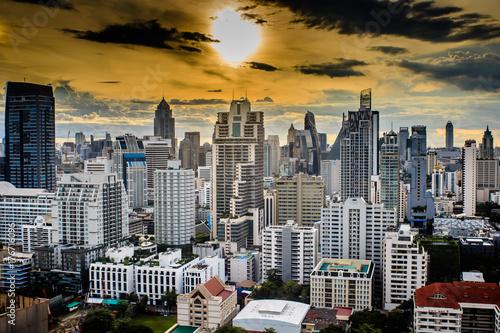 日没サンセット、夕暮れの都会、ビル群、都市、シティー、太陽がオレンジ Poster
