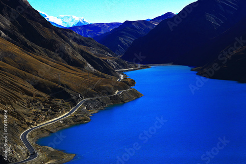 Foto op Canvas Donkerblauw sacred lake in tibet landscape