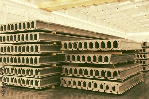 Stos prefabrykowanych płyt żelbetowych w warsztatach fabrycznych
