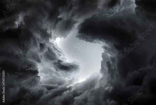 Trąba powietrzna w chmurach