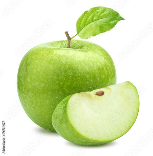 Jeden zielony jabłko i ćwiartka odizolowywający na białym tle