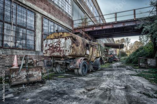 Papiers peints Les vieux bâtiments abandonnés Verlassene Autos nur noch Schrott