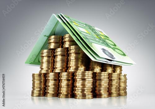Haus aus Münzen und Geldscheinen
