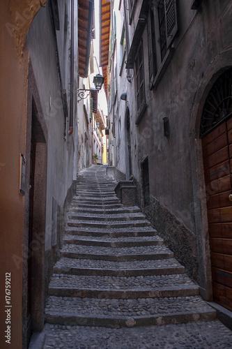 Poster Smal steegje Bellagio, a narrow alley.